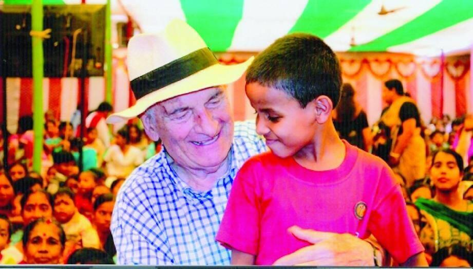 Dominique Lapierre ici avec un petit Indien de sa Maison de l'espoir lors de la célébration de son quatre-vingtième anniversaire