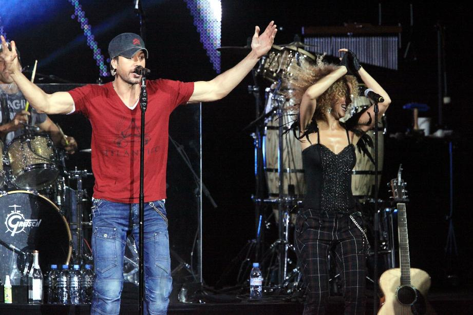 Après seulement une heure de show et un final anarchique, Enrique Iglesias a regagné les coulisses sans même un rappel.