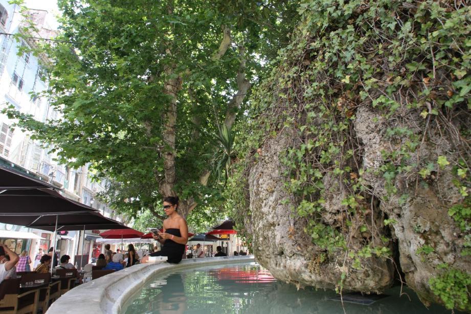Place Puget, la fontaine des Trois-Dauphins inspirait les peintres et poètes attirés par cet oasis de verdure.