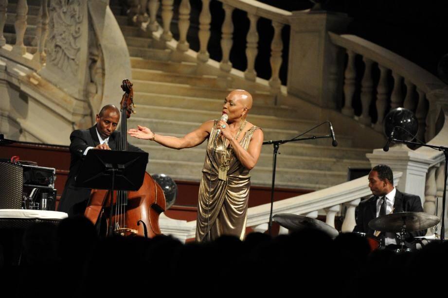 Accompagnée de son quintet, Dee Dee Bridgewater a pris autant de plaisir à chanter que son public à l'écouter.