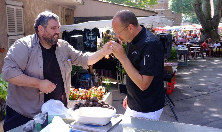 Philippe Desantis (à gauche), vice-président du syndicat des trufficulteurs du Var et Marc Crendal, chef du restaurant Le Calalou à Moissac-Bellevue.