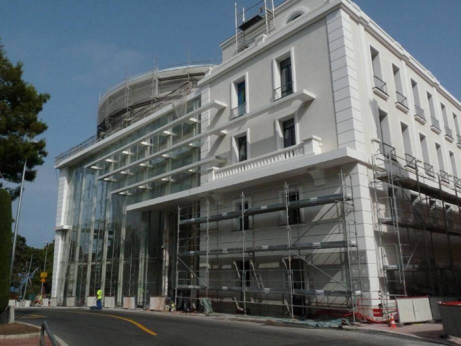 La Constitution est gravée sur la façade du bâtiment, dont le style mêle volontairement le moderne avec le verre et l'ancien avec la pierre.