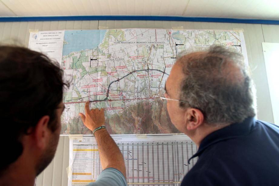 Paul Giacobbi, face au tracé de cette nouvelle route, s'interroge sur les raccordements, les ouvertures de portion... et se montre satisfait de l'avancement.