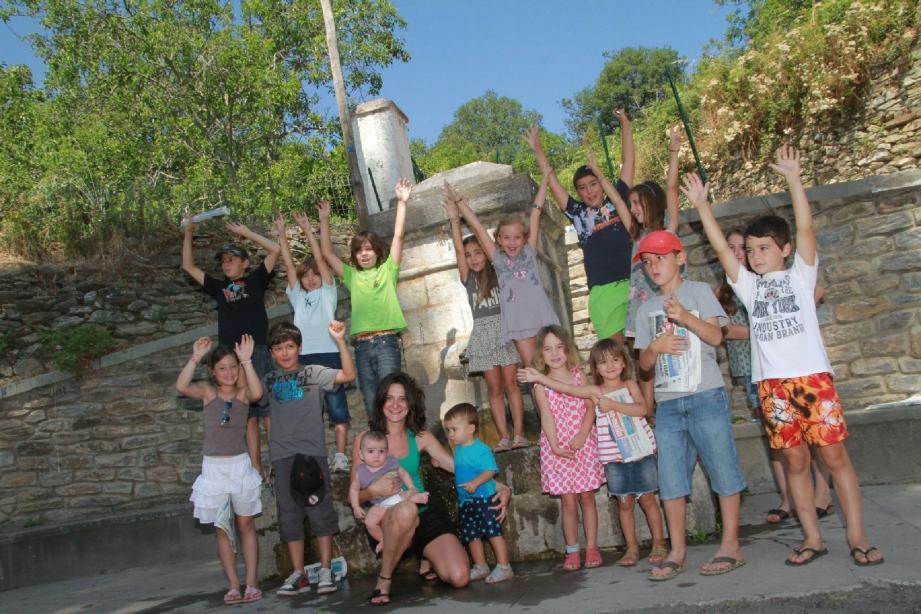 Pauline, Anna, Camille, Lisandra, Ange-Pierre, Barthélémy, Lucas, Marie... et les copains à la fontaine !