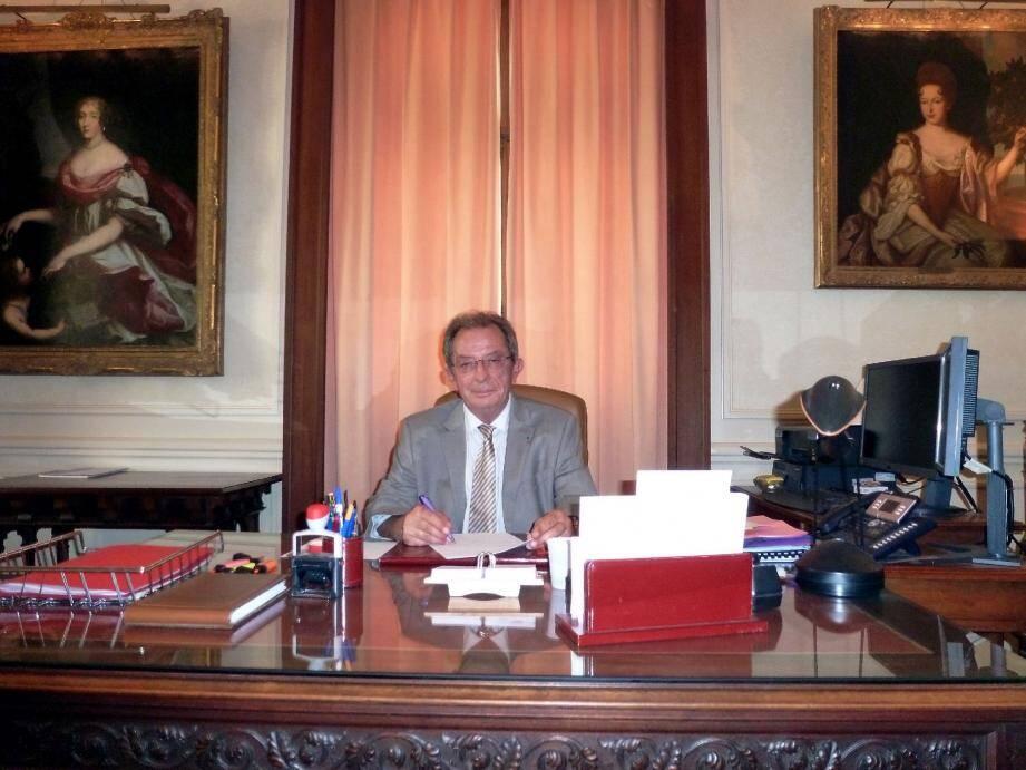 Robert Cordas, premier président de la cour d'appel, dans son bureau du palais de Justice, « entouré de mes deux princesses ».