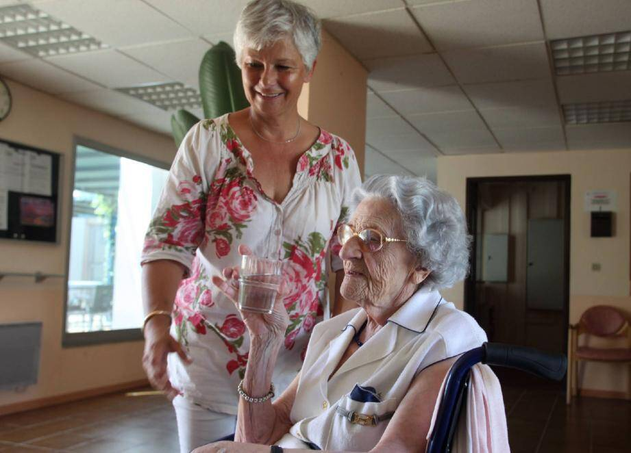 Karine Marchioni, cadre de santé et l'ensemble de l'équipe de la maison de retraite veillent à ce que les personnes âgées s'hydratent régulièrement.
