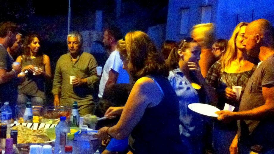 Fête des voisins au hameau de Pietrosella le 10 juillet (le verre de l'amitié, autour du maire Etienne Ferrandi).