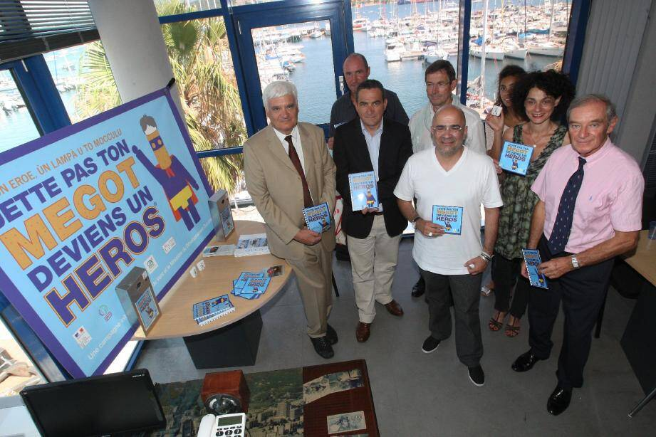 Les Amirs du vent ont commencé à distribuer partout en Corse des cendriers de poche