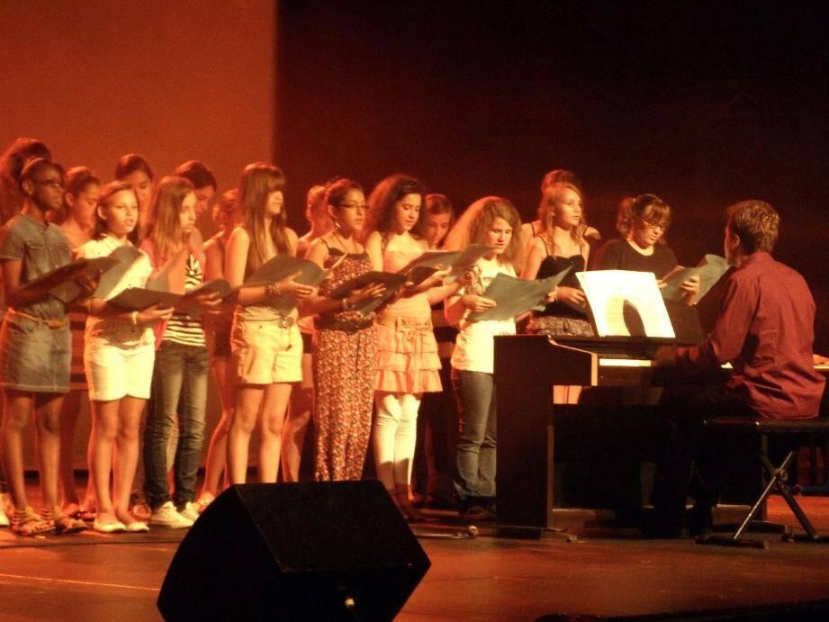 La chorale du collège dirigée par Jérémie Cieslak a reçu une ovation.