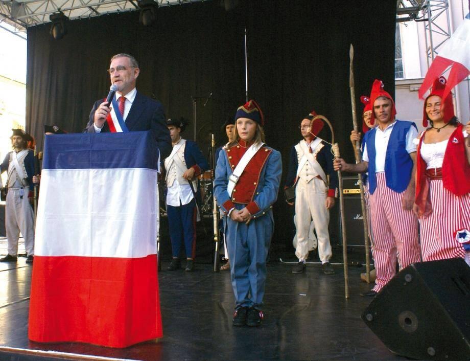 Allocution et figurants en costumes historiques pour la cérémonie officielle. (A droite) Les « Goldstar » au rythme des grands succès de variété française et internationale pour la soirée du 14 juillet.