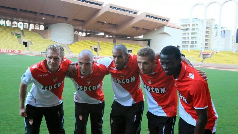 Présenté par les joueurs, le nouveau maillot à domicile de l'ASM, avec le logo du club sur le centre, l'écusson Macron à droite du torse et un col polo. Le sigle de l'association caritative «Fight Aids Monaco» figurera également bientôt sur les tuniques.