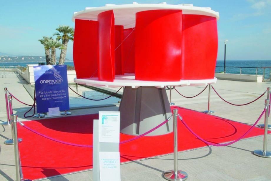 En mars dernier, le prince Albert II de Monaco a inauguré l'installation d'une éolienne Anemoos sur le toit du Grimaldi Forum, à l'occasion du salon Ever, sur les véhicules écologiques et les énergies renouvelables.