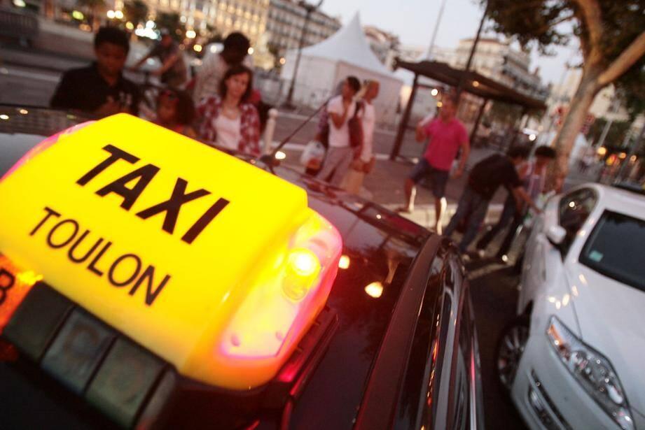 Les taxis toulonnais, rémunérés à la soirée par le réseau Mistral, entament leur tournée devant la place de la Liberté. Quatre départs sont programmés, en plus des réservations ponctuelles.