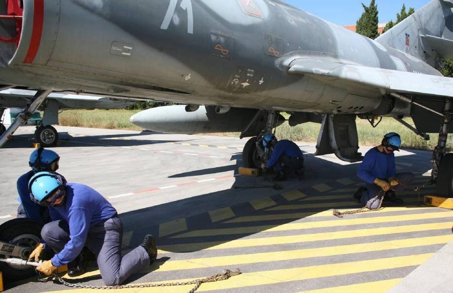 Ils s'exercent sans relâche à la saisine et au calage des avions en vue de leur brevet.