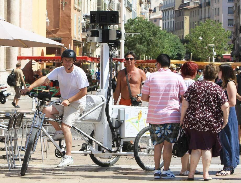 Le Google tricycle photographie actuellement les rues toulonnaises. En complément des images déjà prises en 2008 et d'ici six mois, toutes les artères de la ville devraient être visitables en un simple clic sur Internet.