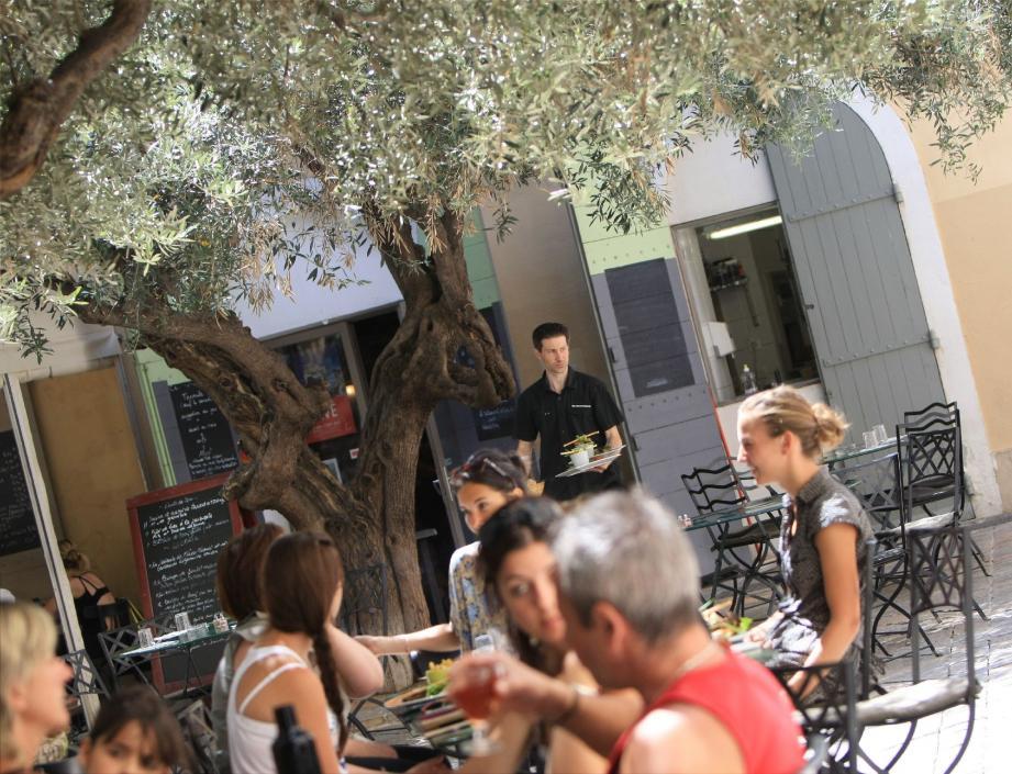 La Feuille de chou offre à ses clients une jolie terrasse à l'ombre.