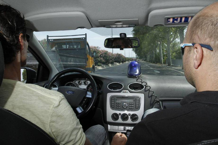 Pierre et Manu, deux des six policiers de la Bac, en pleine patrouille. Leur objectif au quotidien : faire preuve de discrétion, de discernement et de sang-froid.