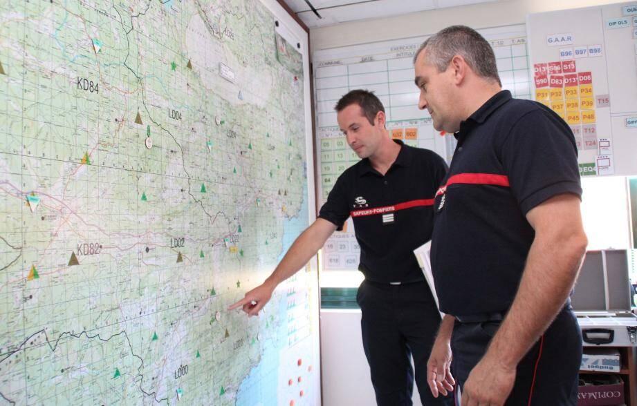 Le colonel Marchi-Leccia et le capitaine Grimaud expliquent le positionnement des troupes.