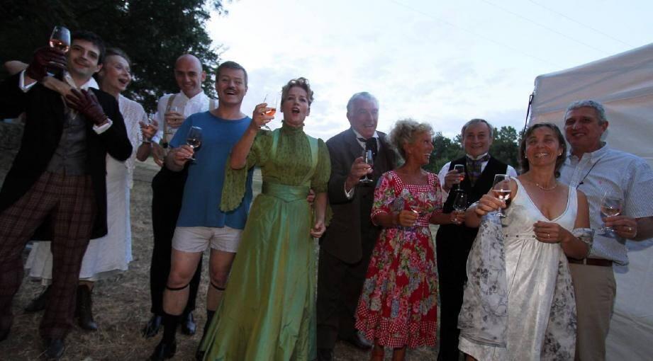 Comme le public, les comédiens se sont chauffé les cordes vocales et le cœur avec une dégustation des vins du domaine de la Pességuière qui les accueillait.