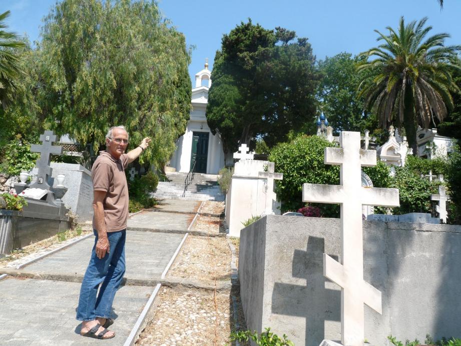 Alexis Obolensky dans l'allée centrale du cimetière qui débouche sur la chapelle ornée d'icônes provenant du château de Valrose.