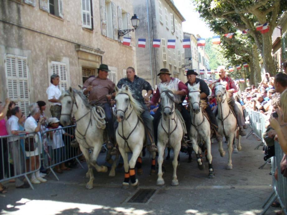 Vers 11h30, dimanche, aura lieu le traditionnel lâché de taureaux sur le boulevard Carnot.