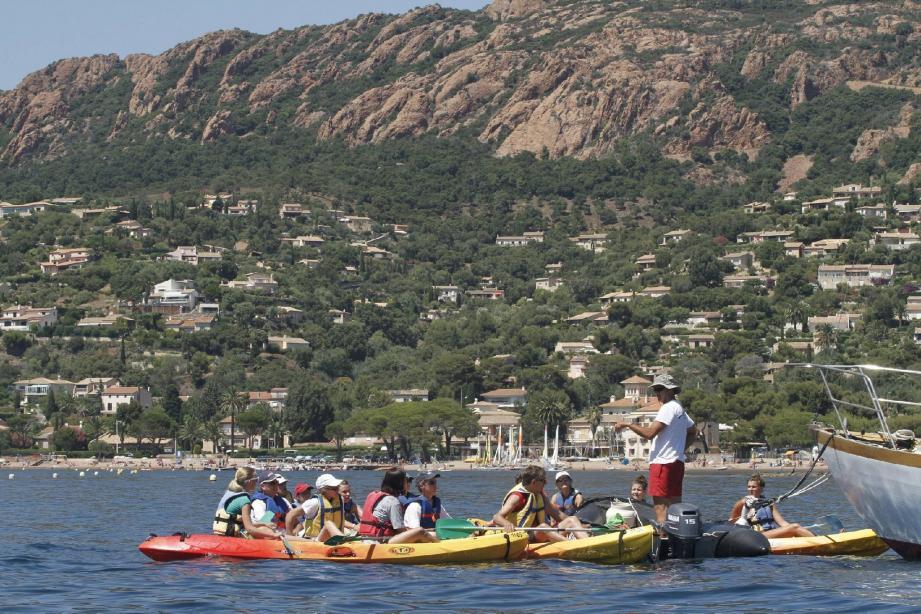 Circuits sécurisés et locations de kayak et paddle font des heureux à la base nautique municipale.