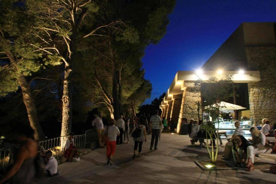 Châteauvallon accueille chaque année quelque 35 000 spectateurs.