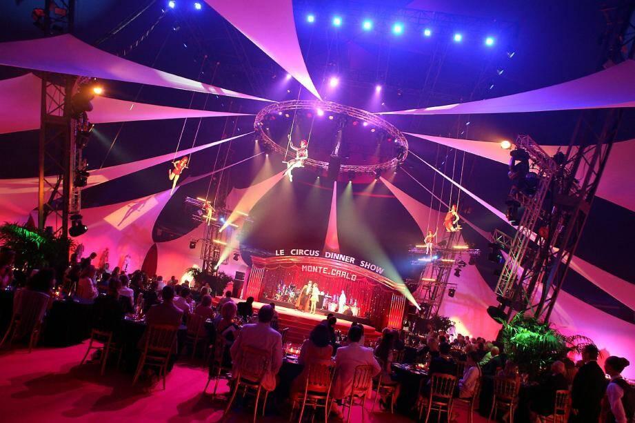 Jusqu'au 19 août, le chapiteau de Fontvieille climatisé s'est métamorphosé pour accueillir fins gourmets et amateurs de numéros spectaculaires.