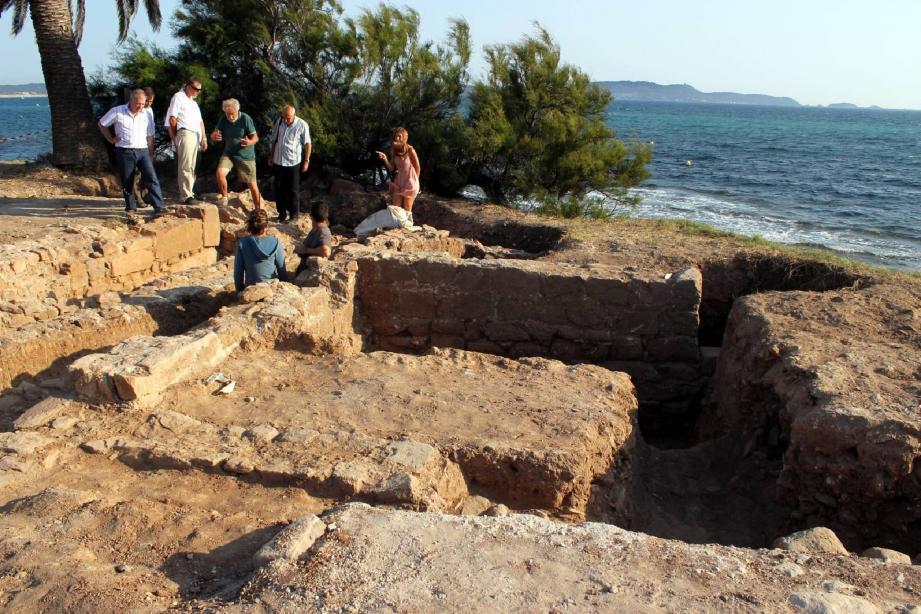 Michel Bats, qui a dirigé les fouilles, a décidé d'orienter ses recherches du côté du rempart doté d'une tour d'angle.
