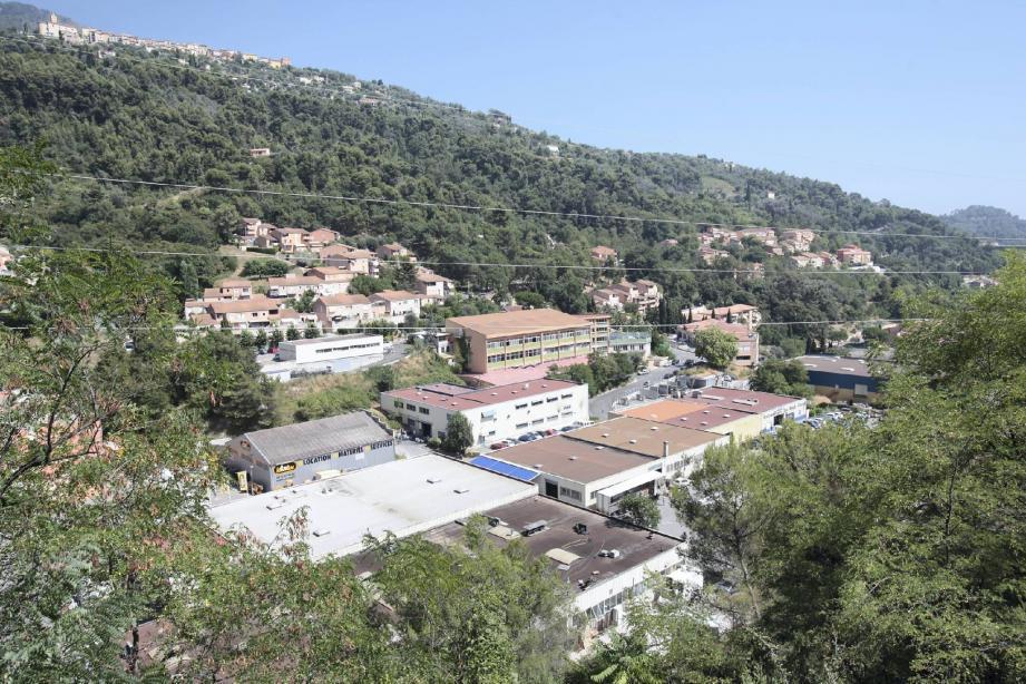 La zone industrielle est pour moitié sur la commune de Castellar. Mais certains terrains, situés juste au dessus, ont été cédés en 1984 à Menton en échange de l'accueil gratuit des effluents.