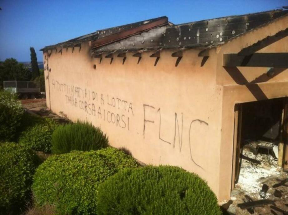 Des inscriptions FLNC ont été retrouvées sur les murs du complexe immobilier.