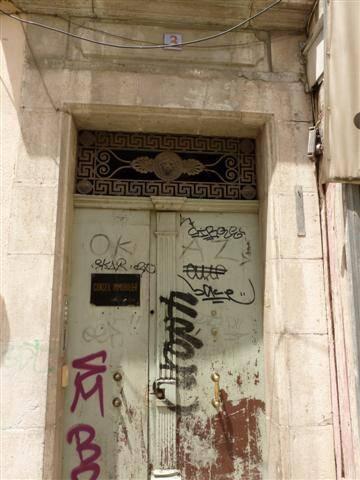 Nabil Amdouni vivait avec sa compagne à une cinquantaine de mètres de la mairie de Toulon, dans un petit immeuble du centre ancien.