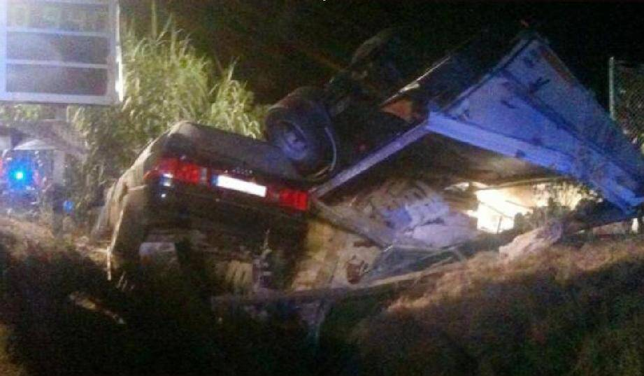 Sous la violence du choc, la voiture s'est encastrée sous  le camion qui, déséquilibré, s'est renversé.
