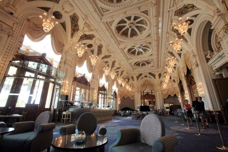 Emblématique de la transformation du Casino, après plusieurs années de travaux de rénovation, la Salle Blanche accueille les non-joueurs qui peuvent y prendre un verre en écoutant chaque week-end de la musique.