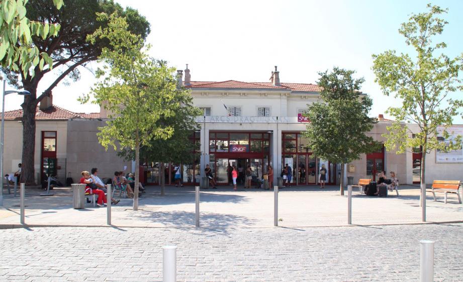 Coup de jeune pour la gare des Arcs-Draguignan en travaux jusqu'en 2014. Nouvel espace de vente, aménagement des quais, mise en place d'ascenseurs, le montant du chantier est estimé à plus de six millions d'euros.