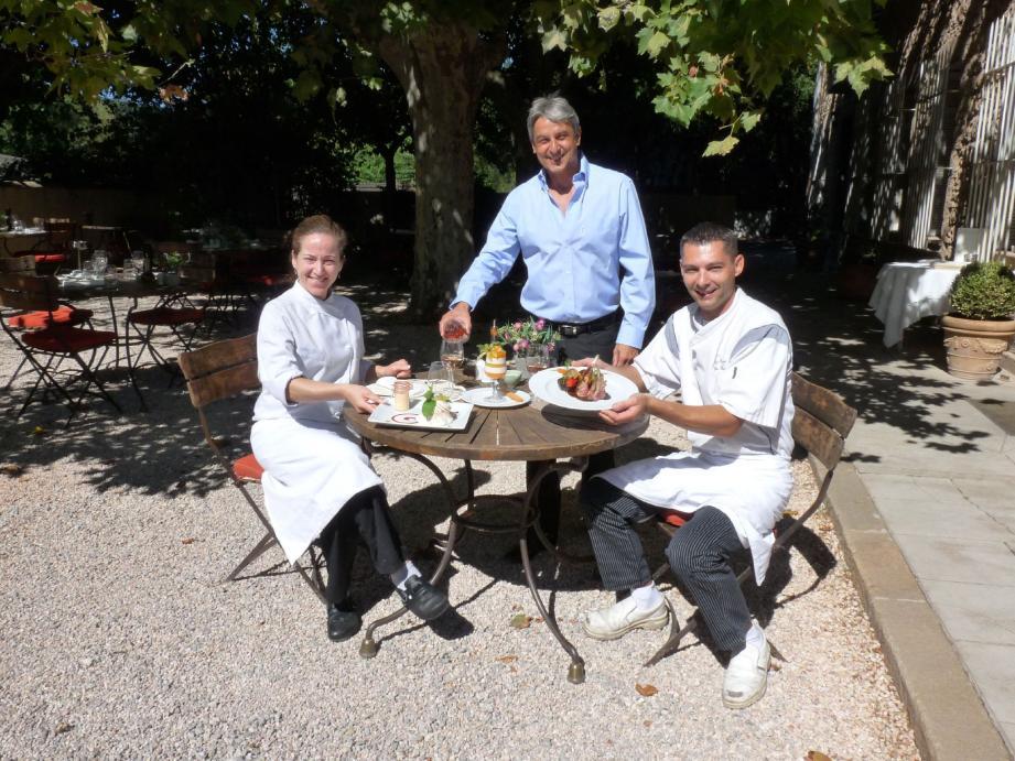 Christian Bœuf (au centre) et Ludovic Cosnier, une complicité de dix-huit ans, en compagnie de Edith Perreira, chargée d'élaborer les desserts.