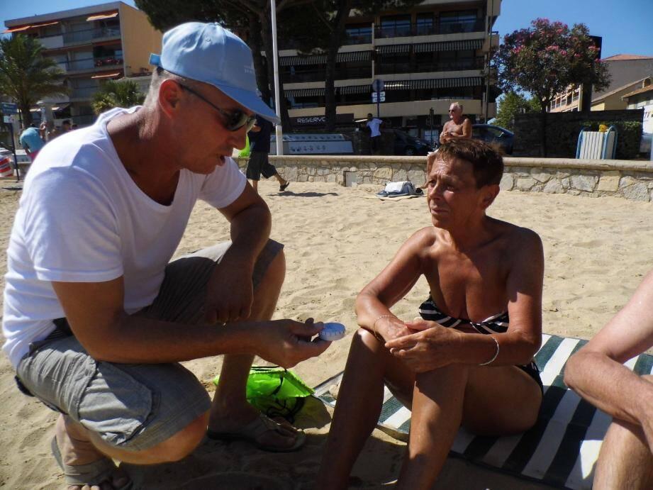 Patrice Amado, maire adjoint à l'environnement, distribue des cendriers aux fumeurs sur la plage du centre-ville.
