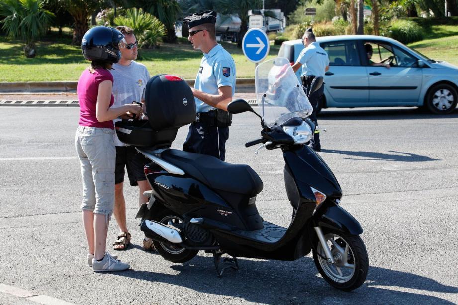 Huit points de contrôles ont été dressés hier après-midi. (Ci-dessus au Lavandou et à St-Tropez) Ce type d'opération est organisé trois fois par semaine pendant l'été, en zone gendarmerie.