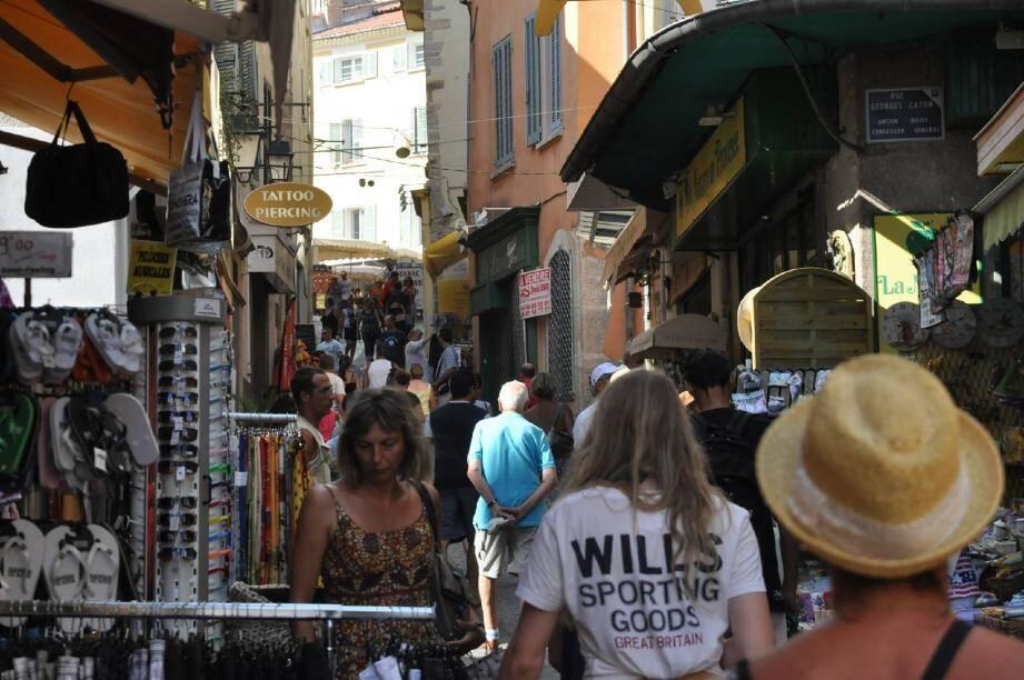 Les vacanciers sont bien présents, ici dans le centre ancien de Hyères... même si leur pouvoir d'achat reste limité.