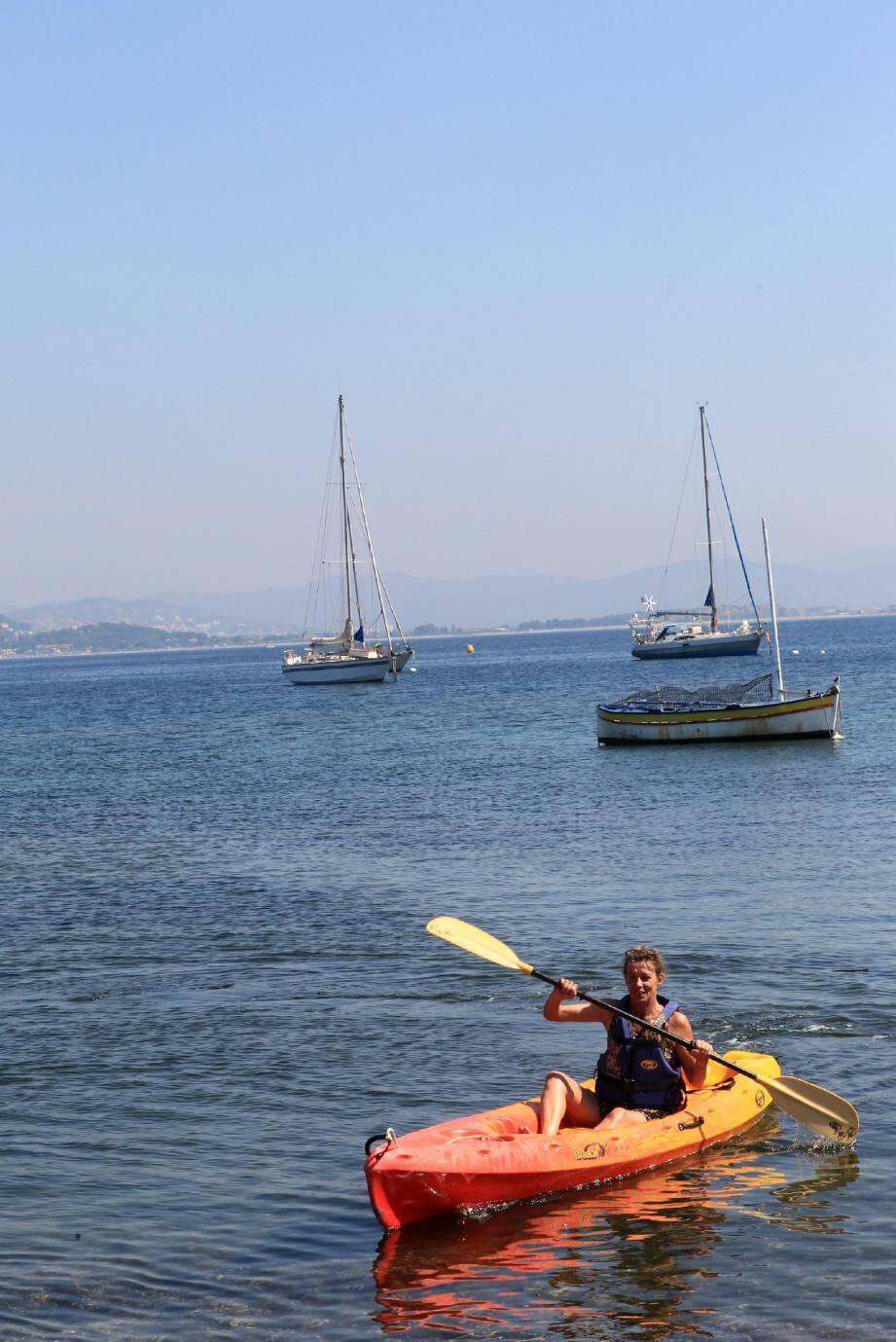 Facile à manier, léger et stable, le kayak de mer permet d'aborder la presqu'île, seul ou en famille, sous un angle inédit pour des ballades inoubliables.