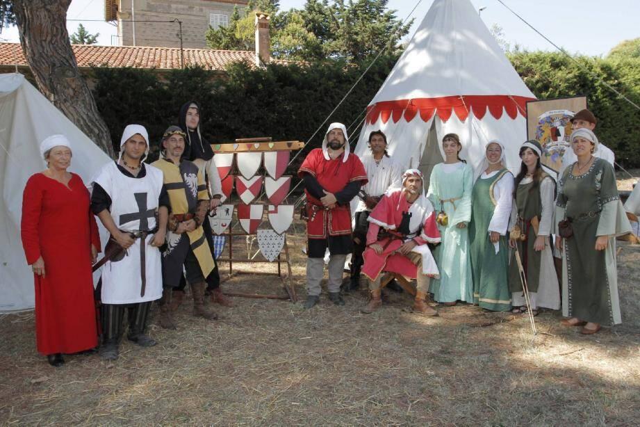 Lors des animations de la journée, la troupe médiévale est au complet pour répondre aux questions des visiteurs curieux.