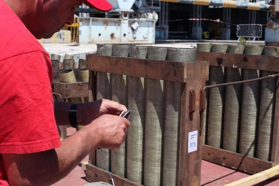 C'est sur une barge, sur le quai de Brégaillon, que la petite équipe a disposé les supports de lancement en bois, les tubes en résine, puis la matière active. Dernière opération : brancher les câbles électriques reliés à la console de tir. Il a fallu près de 48 h pour tout installer. La barge sera ensuite remorquée dans la rade.