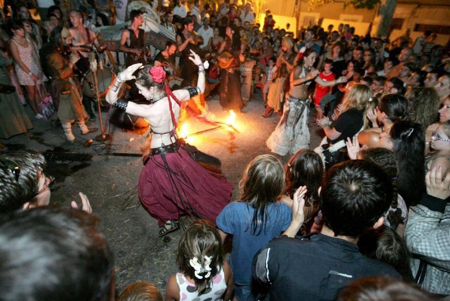 Danse du feu sur la place Saint-Pierre, l'été dernier. La programmation de cette quinzième édition promet bon nombre de surprises.