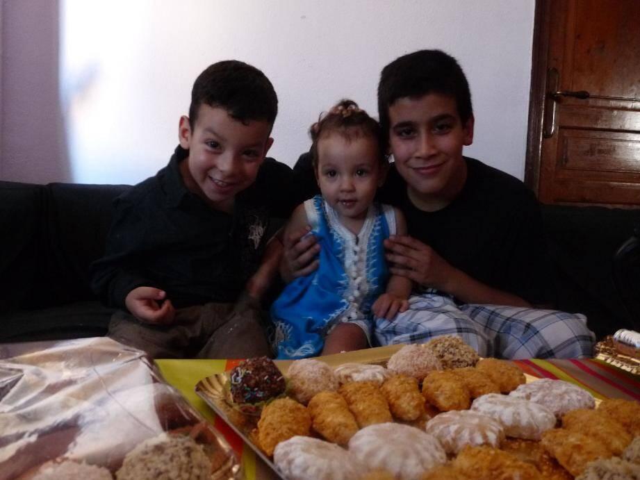 Ali, 4 ans et demi, Youssef, 12 ans et Kenza, la petite dernière d'un an, sont sur leur « 31 ».