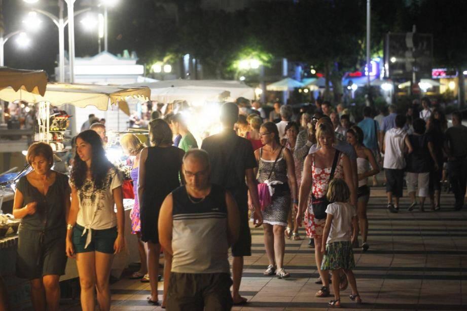 Les vacanciers sont nombreux à vouloir profiter de l'animation des marchés nocturnes. La séparation de Fréjus et Saint-Raphaël nuit fortement aux artisans installés boulevard de la Libération.
