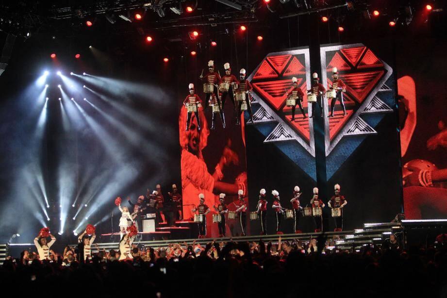 En tenue de pom-pom girl, Madonna donne tout son amour au public sur Gimme all your Lovin' .