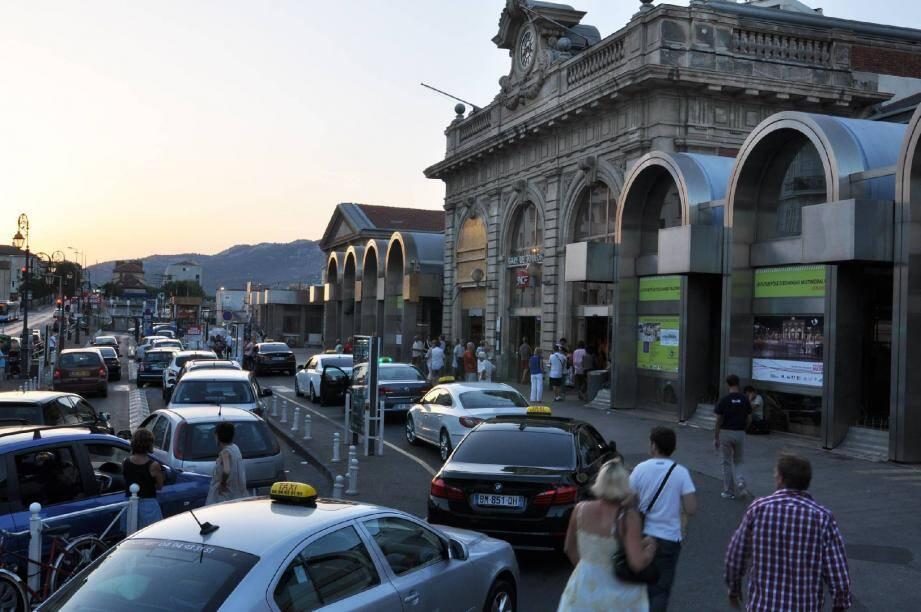 Cent cinquante trains transitent, chaque jour, par la gare de Toulon. Le poste d'aiguillage scrute toutes les arrivées à la loupe.