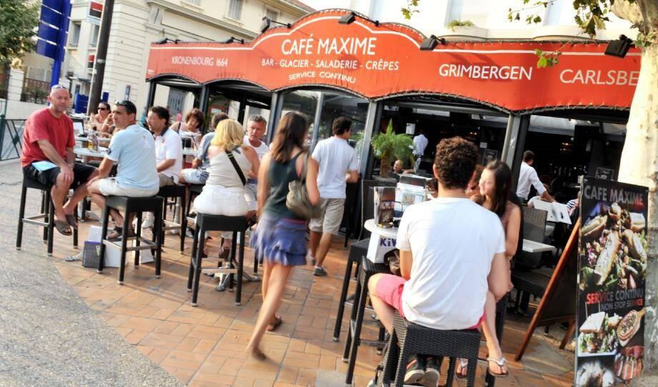 De 18 heures à 22 heures, le Café Maxime propose une animation musicale, avant l'arrivée des pros de la nuit.