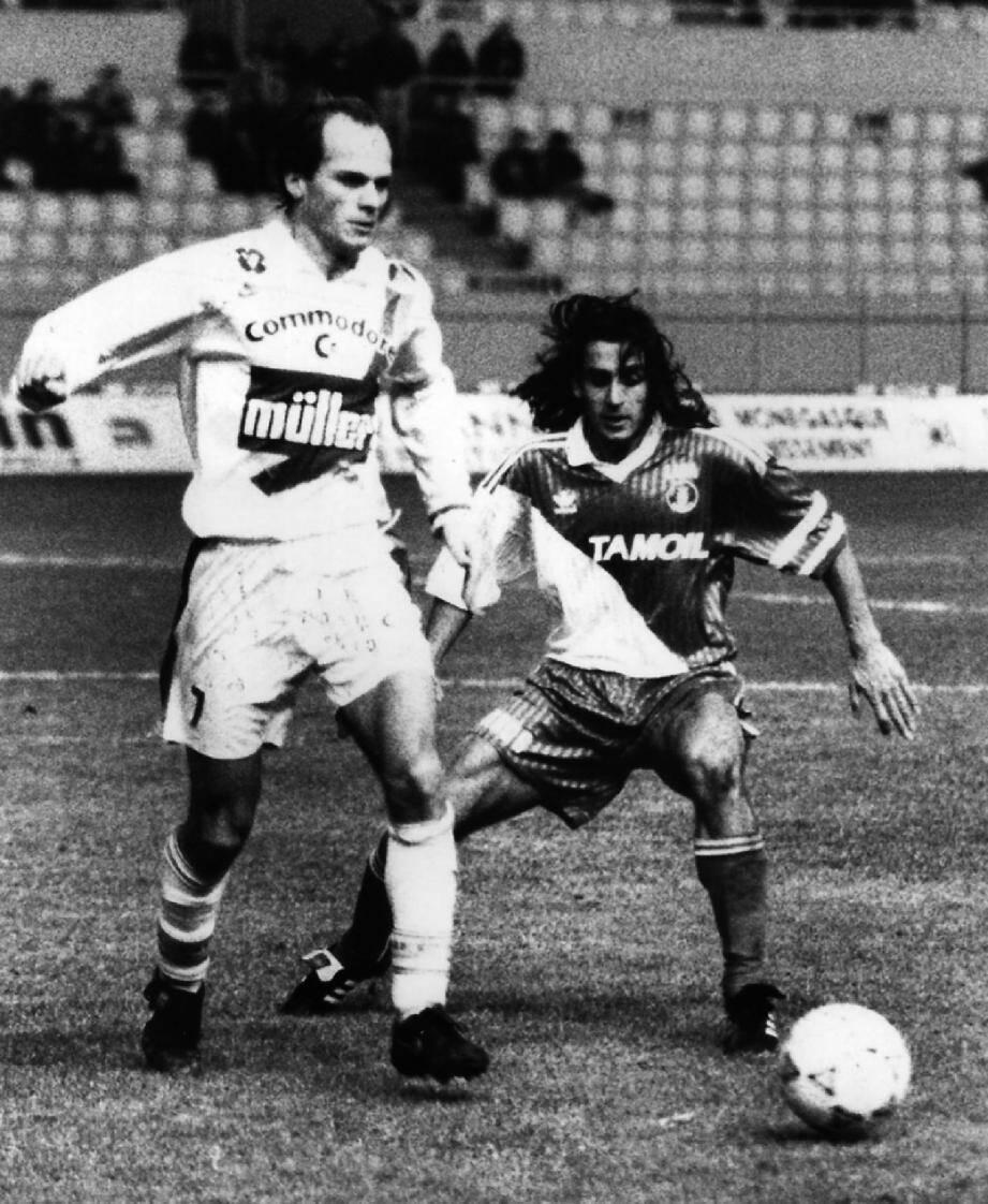 Bruno Germain sous le maillot du Paris SG au Louis II face à Marcel Dib le 21 décembre 1991.