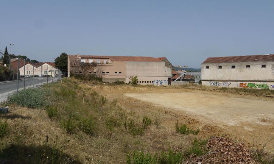 Au premier plan : le terrain destiné à recevoir « L'Espace Marceau ». Au fond, les bâtiments de la coopérative voués à la démolition.